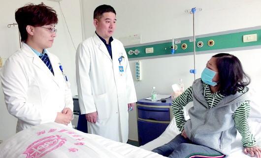 泉欣出院前,朱晓丹医生向她嘱咐出院后注意事项。