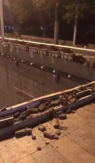 视频中有120救护车辆快速到达现场,对事故车辆驾驶员进行救援。