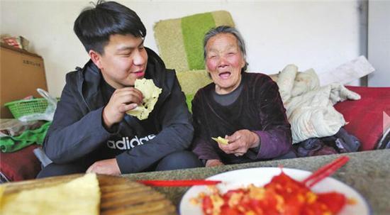 殷小康陪奶奶一起吃饭