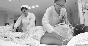 对于长期卧床的病人,护士要为其翻身拍背。记者 董昊骞 王鑫