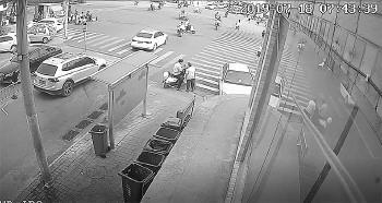 监控拍下了刘某诈骗老人的过程。 视频截图  □生活日报记者 李震