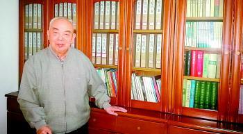 张心侠老人的家庭档案整整齐齐地存放在大书柜里。