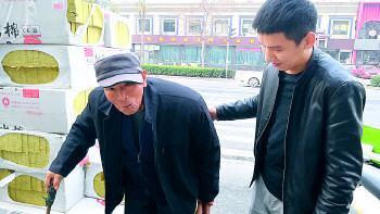 28日,老人再次见到崔凯后连声道谢。记者程凌润 摄
