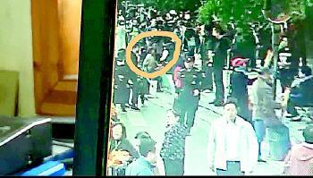 监控视频显示老太太是自己踏空台阶摔倒的