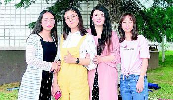 从左至右:王莹 周凤 辛晓慧 韩培培 学校供图