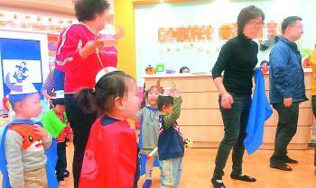 """正在早教机构上""""环球课""""的孩子,通过这种方式学习西班牙知识。记者郭春雨 摄"""
