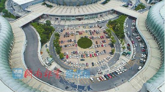 位于济南奥体中心的大型停车场
