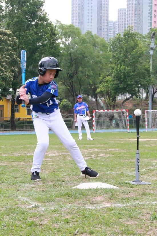 济南经纬小学学习垒球的孩子。