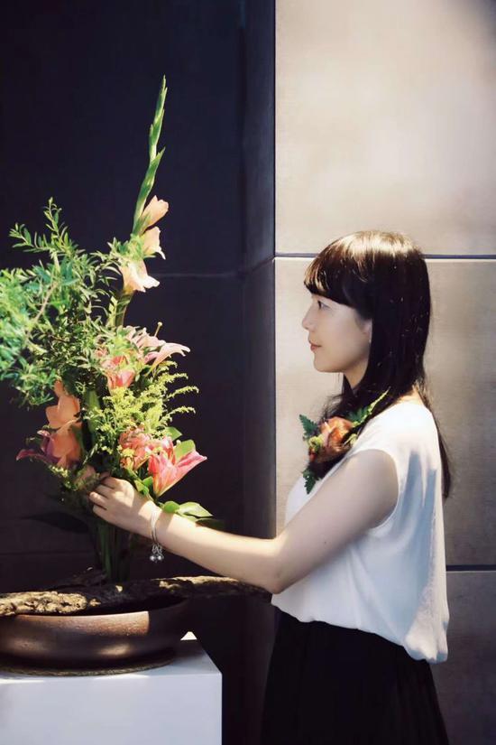 若茜在插花。