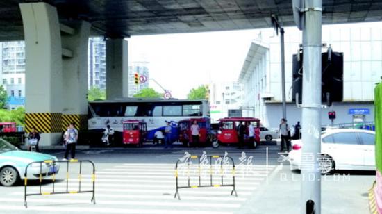 """济南长途汽车站附近的""""黑出租""""大多是电动三轮车。"""