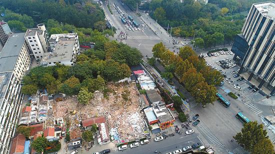23日,在按察司街南口,紧靠泉城路的棚户区拆除中。