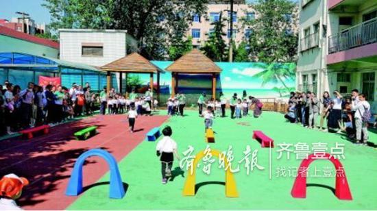 济南一家幼儿园正在开展趣味活动。