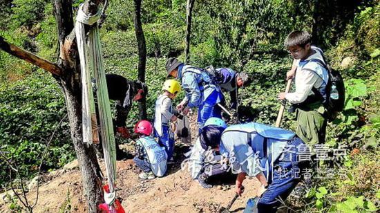 在济南一家机构组织夏令营里,孩子和家长共同体验收获的乐趣。受访者供图