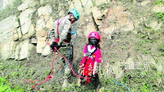 图为一家机构的海岛夏令营中,针对小学生开展野外拉练。受访者供图