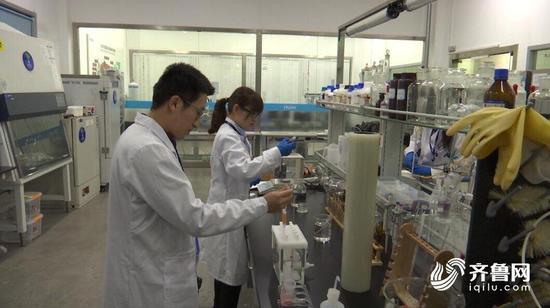 台儿庄区华兴路鸭鼎记火锅店使用的餐饮具(碗)中阴离子合成洗涤剂项目不合格。