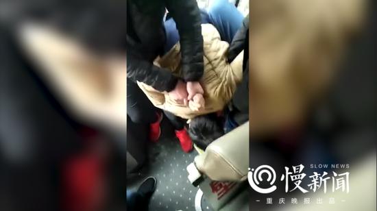 男子被其他乘客摁住(视频截图)