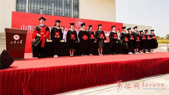 △2018年,山东大学青岛校区举行第一次毕业典礼暨学位授予仪式。