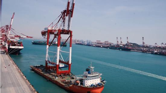 世界最大最先进的8070桥吊运抵码头前沿