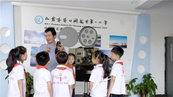 陆丁兴为小朋友讲解电影放映原理。图片来源:苏州文明网