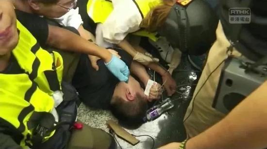 ↑ 遭暴徒围殴,付国豪手里紧紧攥着中华人民共和国身份证。
