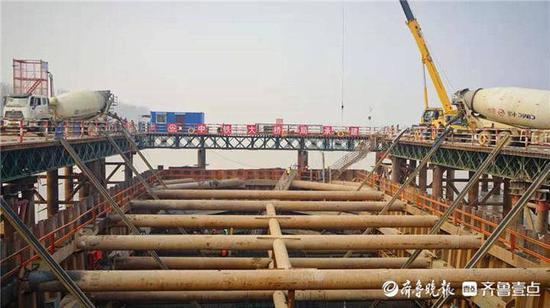 即将结构施工 滨州黄河大桥唯一水中主墩承台浇筑完成