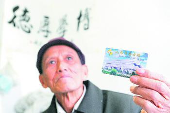 75岁的聂绍铮去年借书383册,为省图借阅量最多的读者。左庆摄。