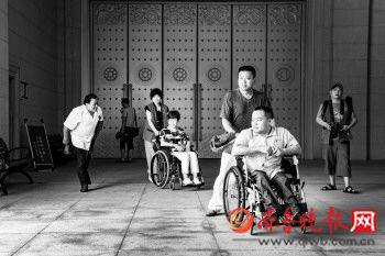 残疾人正在兴隆文化园景区进行无障碍体验活动。