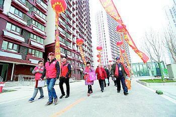 经十一路棚户区改造,市民住上新房。资料片