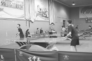 室内乒乓球考试场地上,比赛热火朝天。图据山东教育发布