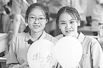 学生们把目标高校写在气球上。