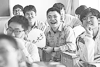 回忆起三年美好的时光,同学们情不自禁地笑了。