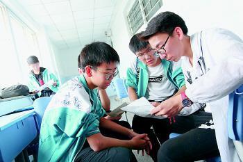 6月10日下午,有的考生看完考点,抓紧时间与同学讨论一下数学题。