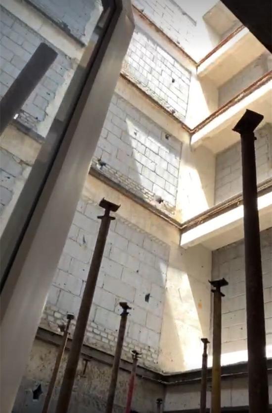 米罗湾四期每户客厅位置是一个大天井,从一楼到顶楼可以直接看到天空。