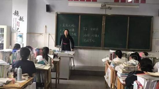 这一幕幕感人的场景都被学生用手机拍了下来发到朋友圈。