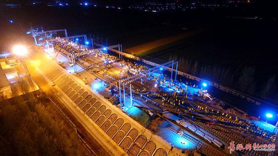 ▲中铁十局青岛公司承建的胶州北站要点施工。