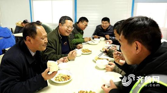 刘纪慧与工友一起在工地食堂午餐