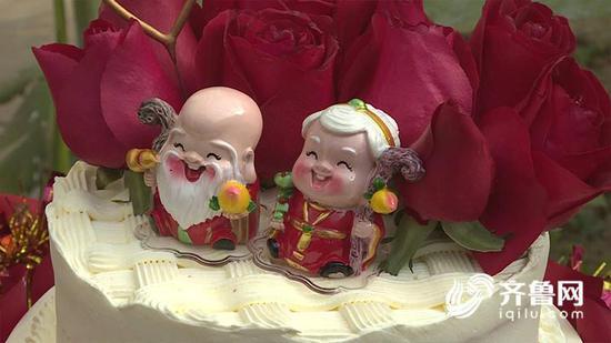 """""""互相关爱,互相帮助,互相拥护,我爱他,他爱我,永不变心""""新娘李秀芬表示。"""