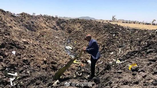 照片显示,航班残片遍地都是,地面砸出一个大坑。