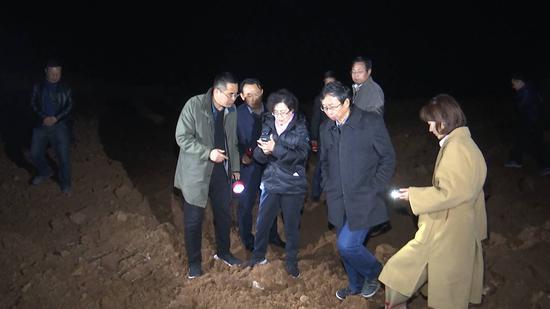 在孟林水库,督导组对石料厂违规开山采石的情况进行查证。