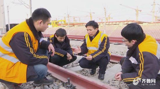 吕关仁(右二)与一线高铁养护人员商讨轨道平顺研究方法