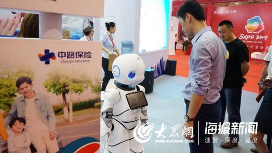 中路保险推出的智能机器人引发市民围观