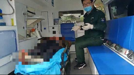 济南堤口路附近两名拾荒者拿石头互砸两人均被送医