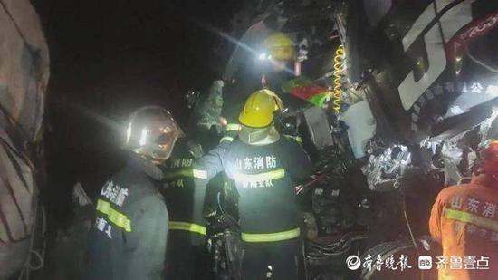 俩大货高速上追尾相撞 济南消防员拆车救出被困者