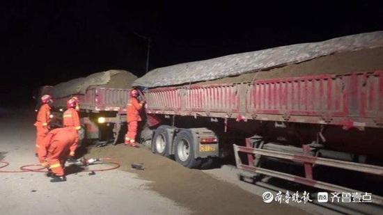 泰安两辆运沙货车相撞,消防员狭缝救援被困人员