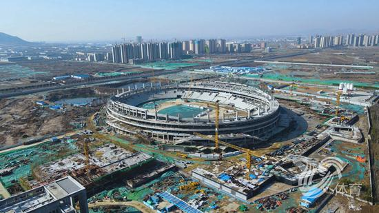 山东省运会主会场钢结构施工中 预计年底交付使用