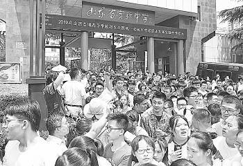 6月7日,考生走出考场。对很多考生来说,高考已不再是独木桥。