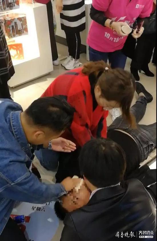 一男子逛商场时突发晕厥 济宁市民爱心接力救援