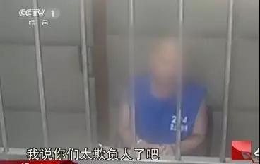看着貌不惊人的于海明居然还手,刘海龙转身向驾驶室跑去,拿出长刀。