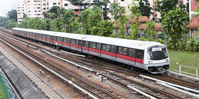 中车四方股份公司生产的地铁奔驰在新加坡街头。资料图片