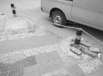 在人行道上私设铁链造成意外应担责。资料片记者 范洪雷 通讯员 王继学